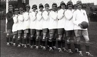 A line-up of the Dick, Kerr's Ladies, taken in 1921. Lily Parr is on the far right. | Image originally uploaded to Wikipedia
