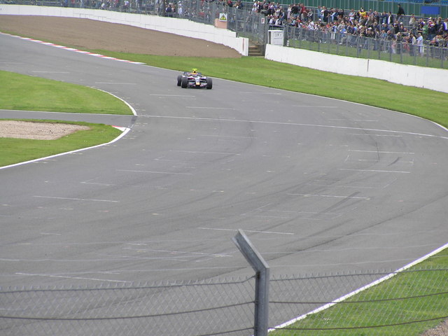 Woodcote Corner, Silverstone Circuit | cc-by-sa/2.0 - © Richard Cooke - geograph.org.uk/p/3902904