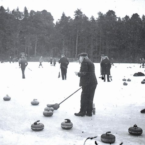 Black and white photo of a curling match | Am Baile