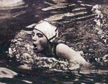 Black and white photo of Lucy Morton swimming   Le Miroir des Sports